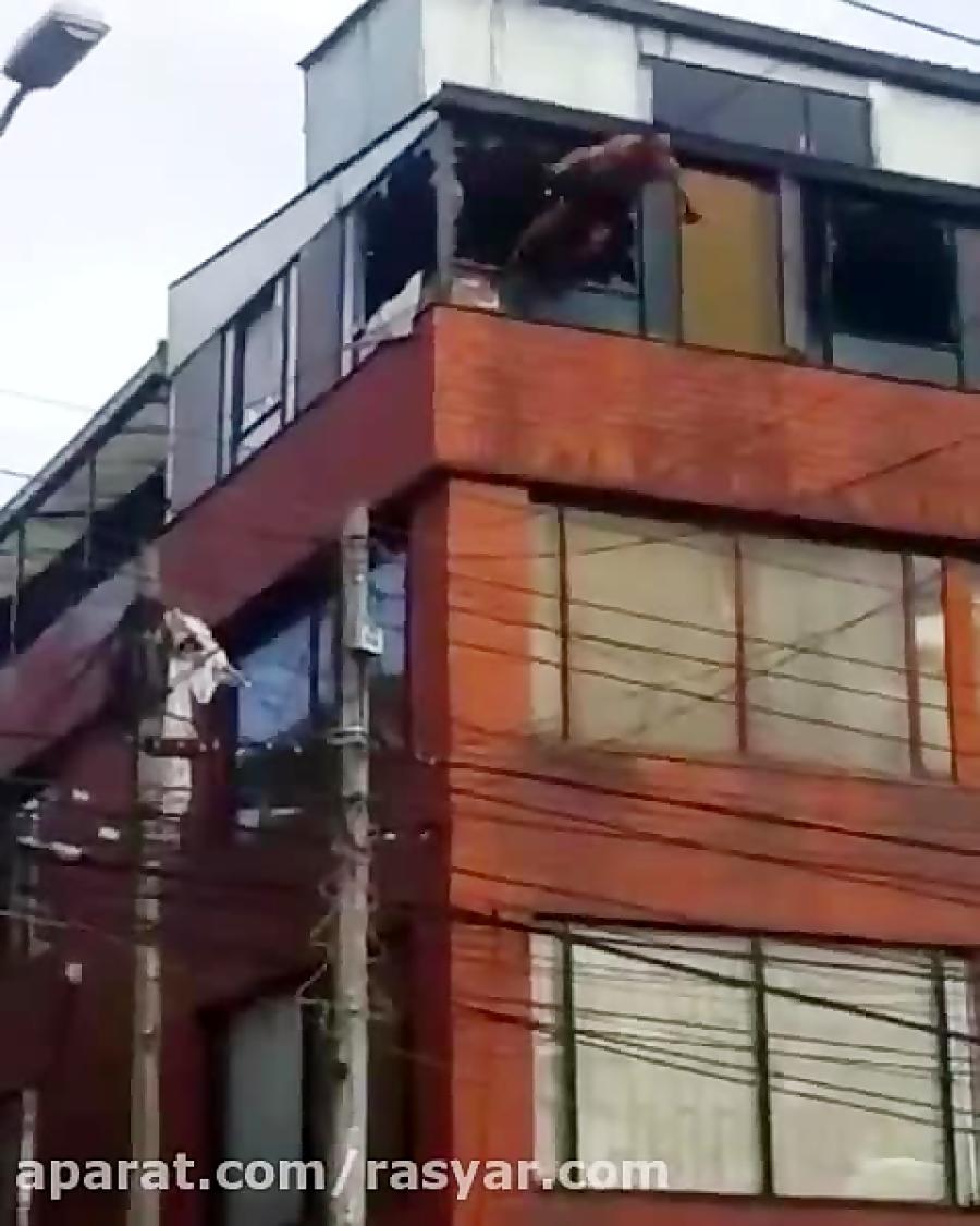 شیرجه زدن از طبقه چهارم ساختمان (این کلیپ دلخراش است)
