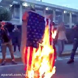 آتش زدن پرچم امریکا در آتن در اعتراض به حمله به سوریه