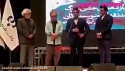 حامد بهداد جایزه خود را...
