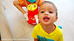 بچه ها بازی می کنند و رنگ ها را با مادر یاد می گیرند - بچه ها با هم بازی می کنند