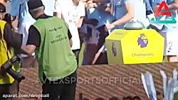 افتادن جام قهرمانی منچسترسیتی در جشن قهرمانی این تیم
