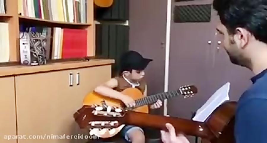 محمد رضا اناركى هنرجوى گیتار فرزین نیازخانی بداهه در لامينور آموزشگاه موسیقی فریدونی.mp4