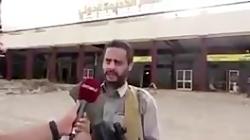 «محمد البخیتی» از رهبران انصارالله یمن در برابر ساختمان فرودگاه