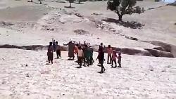 این بچه ها مدرسه ندارند باید بیش از سه کیلومتر را پیاده از تپه ها و دره عبور کنن