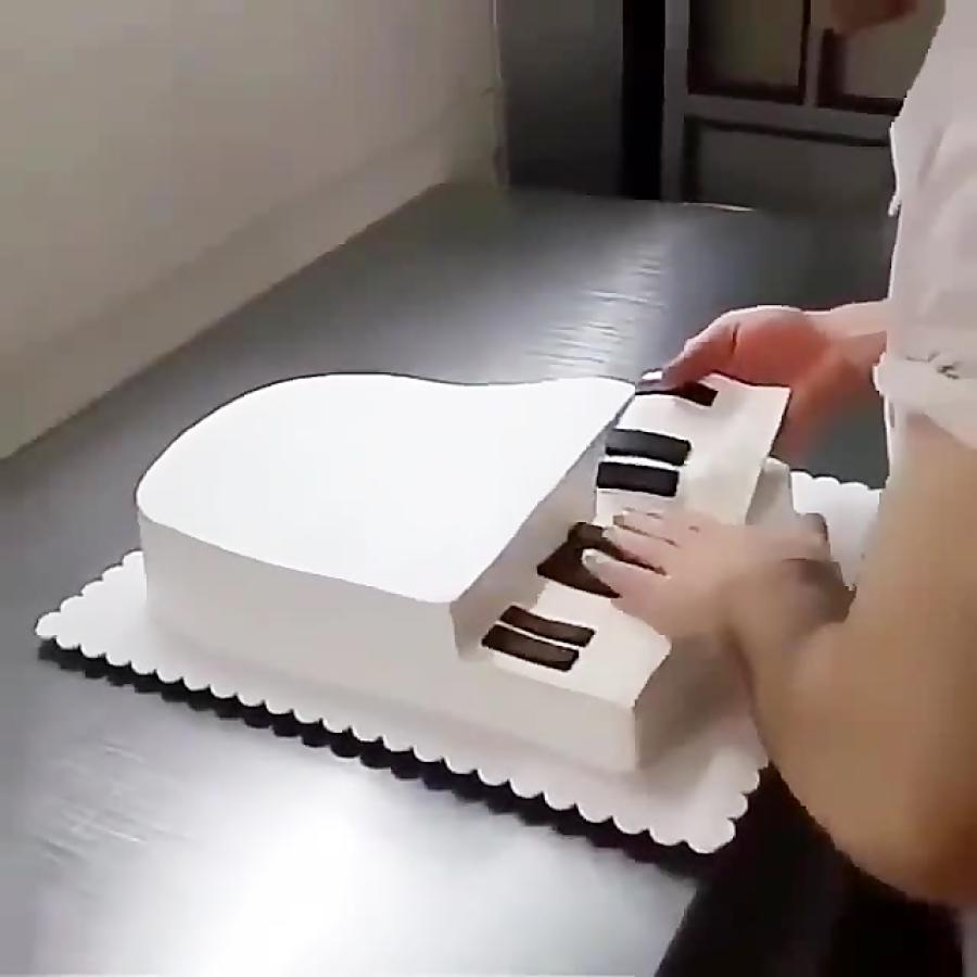 کیک با تزینات پیانو _  جشن پلاس