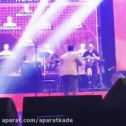 Omid Hajili - Iran - Live (امید حاجیلی - اجرای زنده آهنگ ایران)