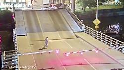 سقوط عجیب زن دوچرخه سوار داخل شیار پل متحرک