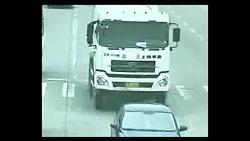 نجات معجزه آسا پیرمرد از تصادف کامیون