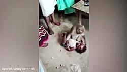 حمله وحشیانه میمون برای سرقت کودک و مبارزه با روستائیان