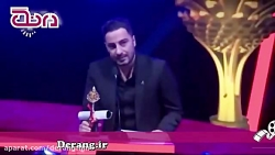 کُردی صحبت کردن نوید محمدزاده هنگام دریافت جایزه در جشنواره سلیمانیه