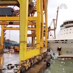 تصادف کشتی با بندرگاه به علت نا مناسب بودن آب و هوا در بارسلونا