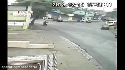 تصادف عجیب موتورسوار با یک خودرو