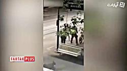حمله یک مرد به ماموران پلیس با سلاح سرد+فیلم