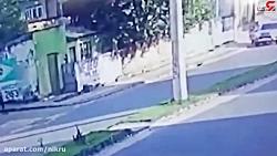 لحظه تنبیه 2 دزد بدشانس توسط همسر یک پلیس!