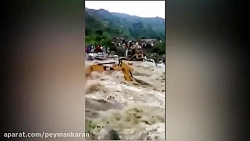 بیل مکانیکی گرفتار شده در سیلاب