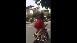 زمین خوردن دختران روی موتور در ویتنام!