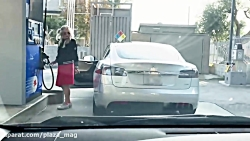تلاش بیهوده برای بنزین زدن به ماشین برقی تسلا مدل اس