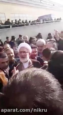 اعتراض دانشجویان به رد شدن یکی از مسولان دانشگاه آزاد از روی دانشجویان