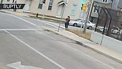 راننده اتوبوس بچه پابرهنه گمشده درخیابان را پیدا می کند