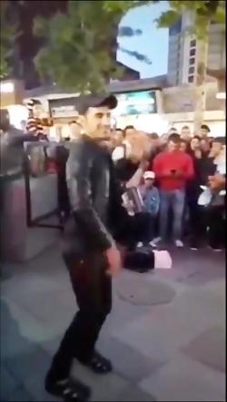 مرد جوان با آهنگ آکاردئون برا مردم تو خیابان میرقصه
