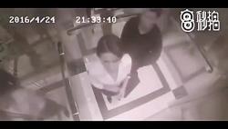 دفاع جانانه زن چینی از خودش مقابل آزار جنسی در آسانسور