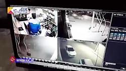 حمله وحشیانه اراذل و اوباش با شمشیر به یک مغازه