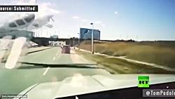 ملاقات نزدیک هواپیما و خودرو در تورنتو کانادا حین سقوط هواپیما