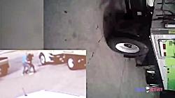حمله یک مرد با باتوم به افسر آمریکایی + شلیک مرگبار افسر آمریکایی