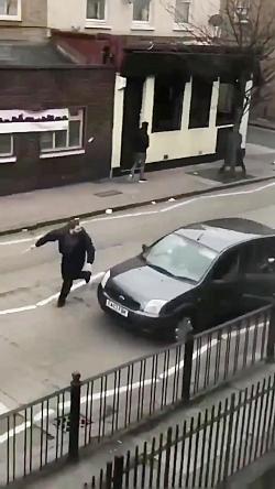 امروز _ حمله با سلاح سرد به مسلمانان در مقابل مسجدی در لندن