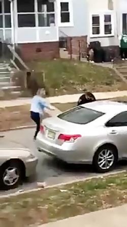 ضرب و شتم وحشیانه دختر ۲۰ ساله توسط پلیس آمریکا