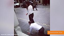 قلاده زدن به یک مرد توسط یک زن و پیاده روی در خیابان های لندن انگلیس