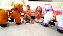دیانا و روما با اسب های اسباب بازی بازی می کنند