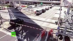 تصادف قطار با ماشین را سعی می کند از مسیر عبور کند