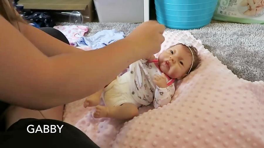 آموزش بچه داری: اموزش عوض کردن لباس نوزاد با کمک عروسک