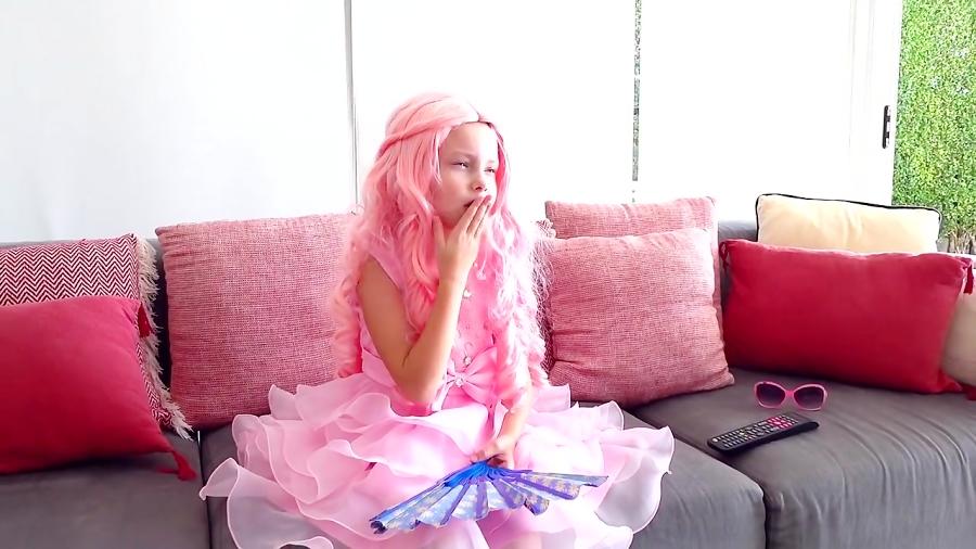 آلیس شاهزاده باربی میشه و با دوستش خونه بازی میکنه