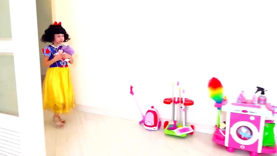 شاهزاده آلیس در نظافت خانه به مامان کمک میکنه