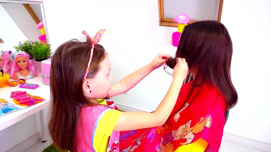 آلیس در سالن آرایش به مامان کمک میکنه شاهزاده خانم بشه