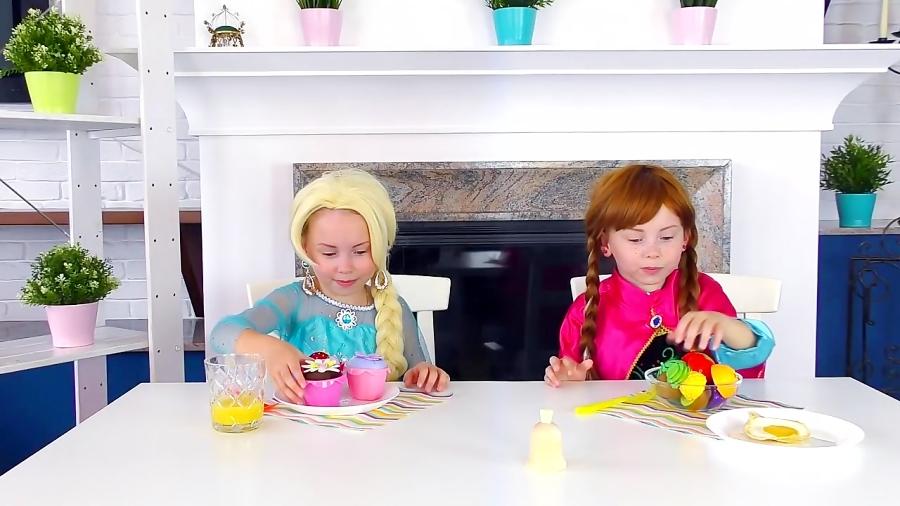 آلیس به همراه فروزن السا و آنا کافه بازی می کنه