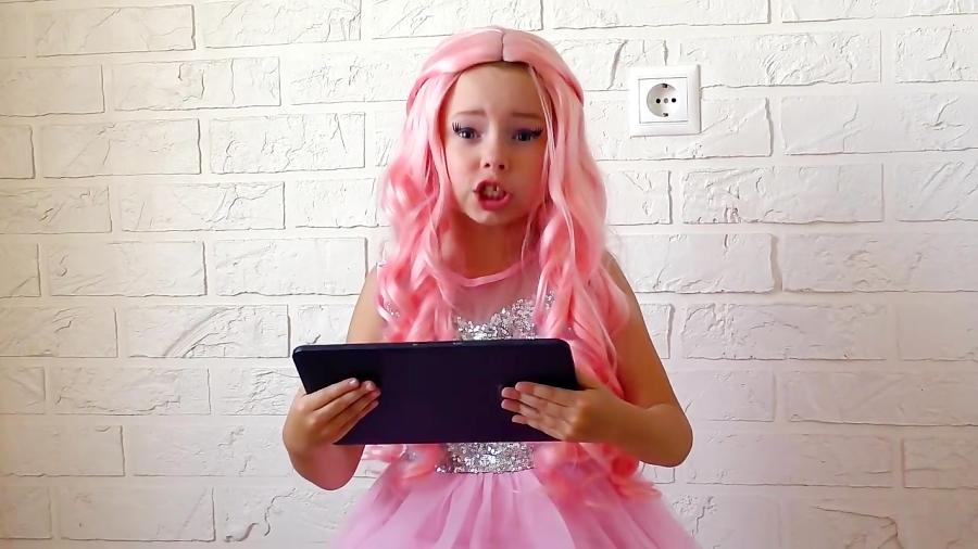 آلیس عروسک باربی میشه و با آینه جادویی بازی میکنه