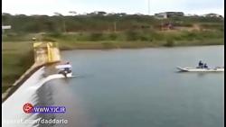 قایقی که نزدیک بود از سد سرریز شده از آب به پایین پرتاب شود