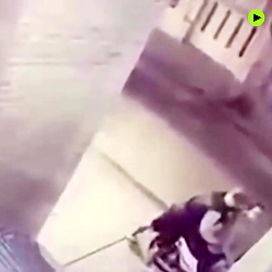 11 y.o. girl attacks robber who tries to s...