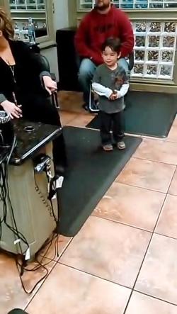 کودکان و نوجوانان خنده دار رقص در سالن ویدئو های خنده دار از کودکان و نوجوانان