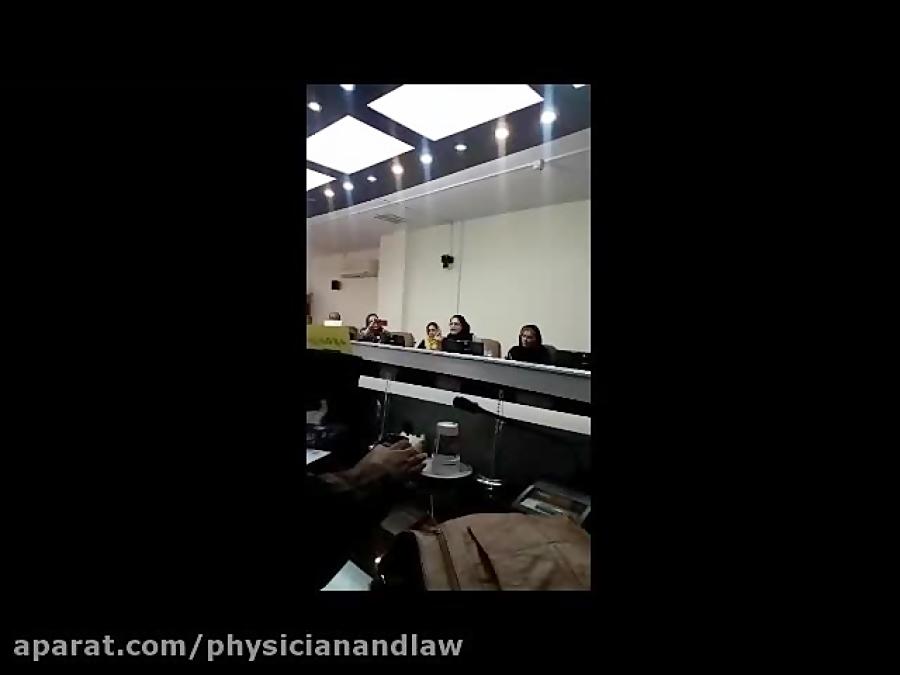 گوشهای از تجمع و جلسه اعتراضی جمعی از پزشکان مقابل نظام پزشکی؛ دوم شهریور ۹۸