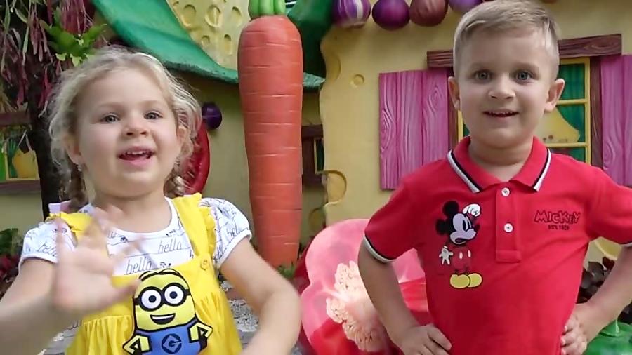 بازی دیانا و روما در پارک طبیعی با میوهای اسباب بازی بزرگ