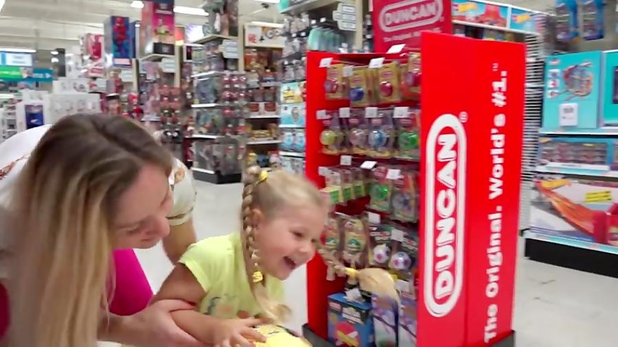 دیانا به همراه مامانش در فروشگاه اسباب بازی فروشی