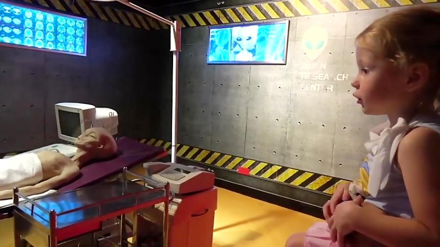 Настя играет в детском музее
