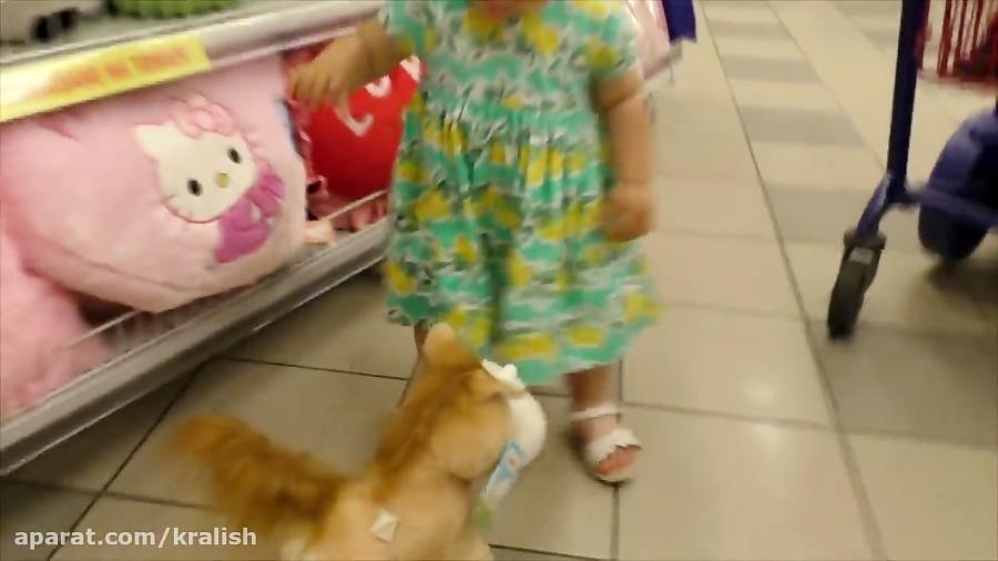 دیانا در فروشگاه اسباب بازی فروشی روز شاد است