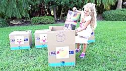 دیانا و روما جعبه های اسباب بازی را باز می کنند