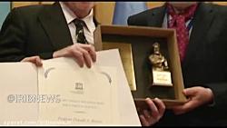 جایزه ابن سینا در دستان دانشمند آمریکایی ضد ترامپ