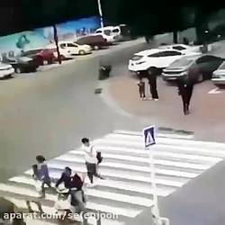 افتادن تابلوی راهنمایی رو سر موتورسوار